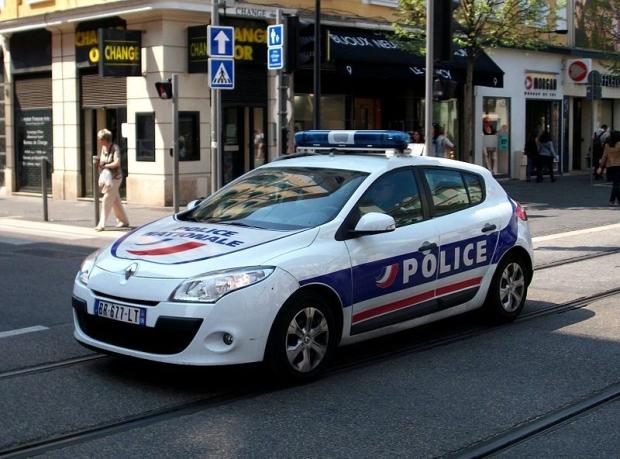 news auto facebook 800 euros d 39 amende pour une photo de voiture de police 321auto. Black Bedroom Furniture Sets. Home Design Ideas