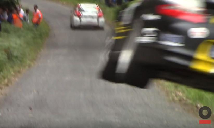 Une Porsche vole vers les spectateurs d'un rallye