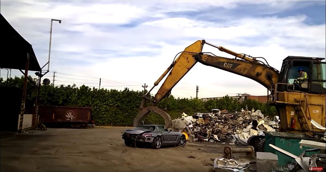Vidéo : une Mercedes SLS-AMG détruite lentement à la casse
