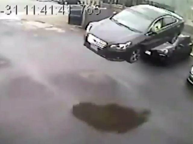 Une Subaru tombe du ciel