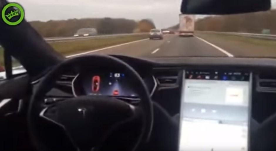 Tesla Autopilot : il se filme depuis l'arrière de sa voiture