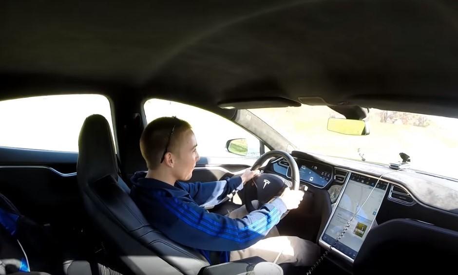 Vidéo : il pique la Tesla S de papa pour s'éclater en drag race
