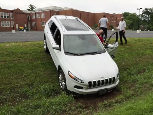 Ils piratent une Jeep et lui font quitter la route