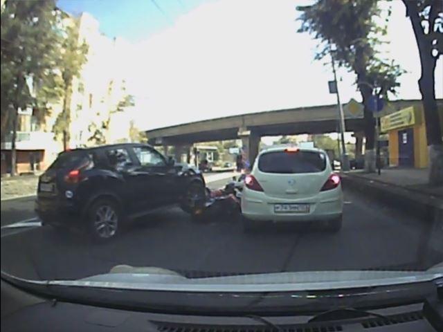 Vidéo : un motard corrigé par un Nissan Juke
