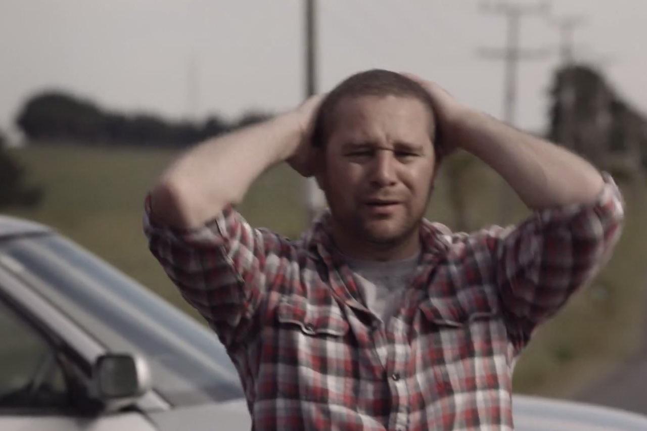 Vidéo sécurité routière : il parle avec l'homme sur le point de le tuer