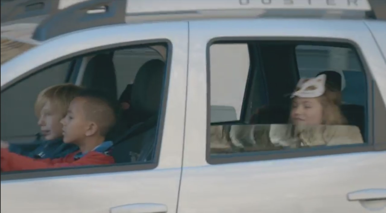 WTF : des enfants de 10 ans au volant d'une Dacia !