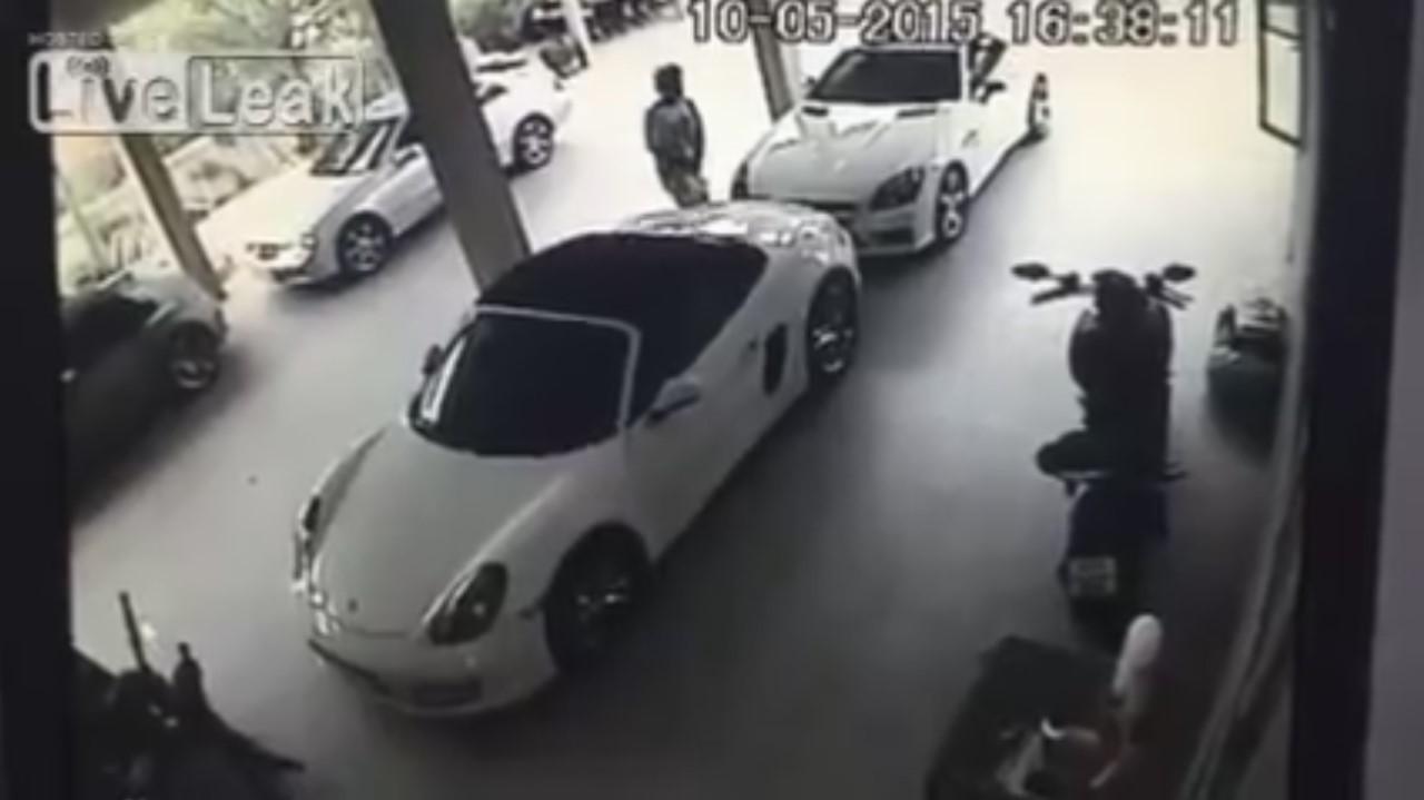 Vidéo : il fait l'amour à une Porsche Boxster (NSFW)