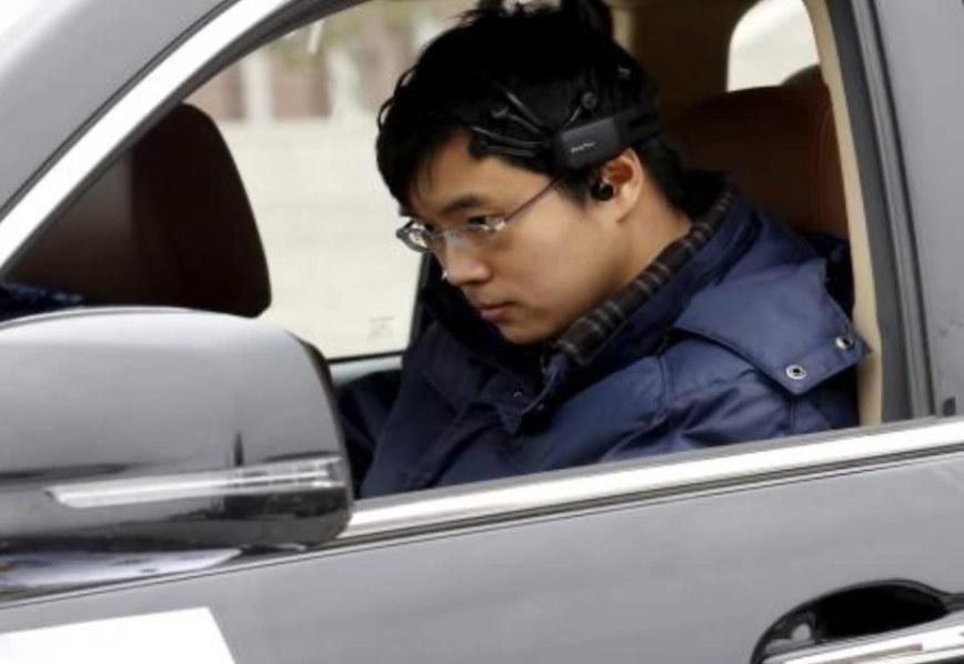 Il conduit une voiture avec la pensée