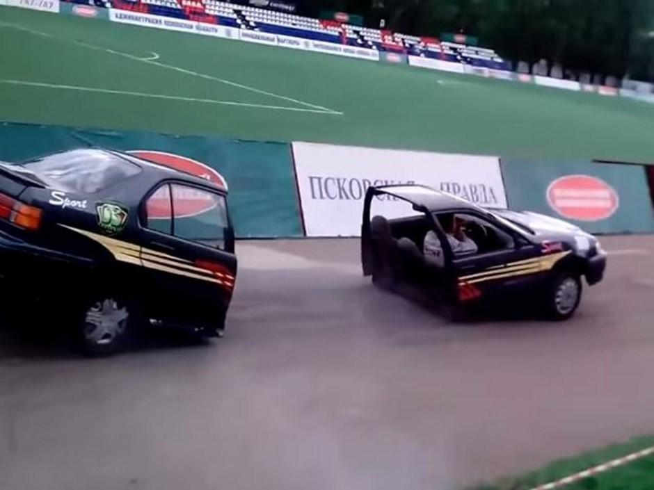 Vidéo : une voiture coupée en deux lors d'un show en Russie