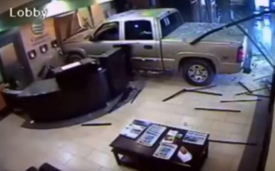 Vidéo : il défonce la réception de l'hôtel avec son pick-up