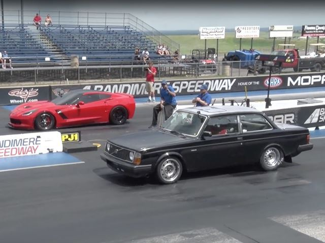 Une vieille Volvo 242 avale une Corvette et une Lamborghini