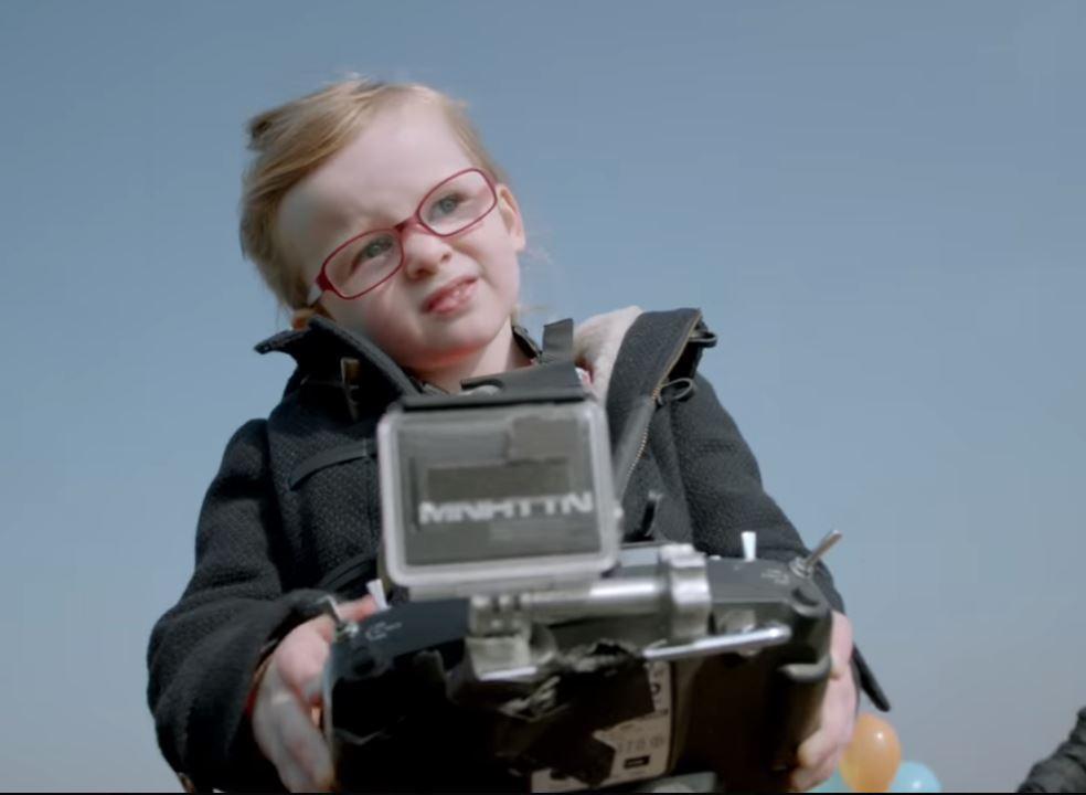 A 4 ans, elle pilote un poids lourd avec une télécommande