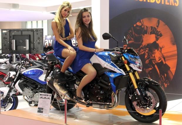 Photos les h tesses du salon de la moto de paris 2013 2 for Hotesse salon moto