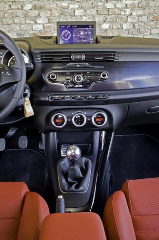 fiche technique alfa romeo giulietta 1 6 jtdm distinctive stop start l 39. Black Bedroom Furniture Sets. Home Design Ideas