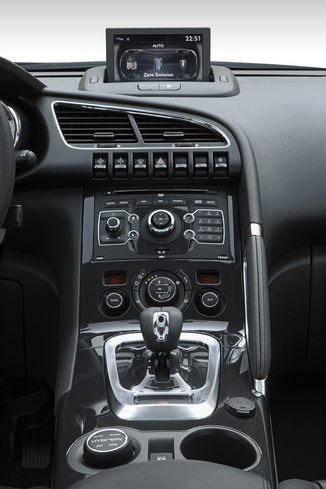 Fiche technique peugeot 3008 hybrid4 2 0 e hdi fap bmp6 for Interieur 3008 2017