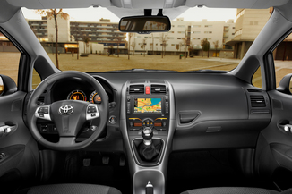 fiche technique toyota auris i hsd 136h dynamic 15 39 39 5p 2014. Black Bedroom Furniture Sets. Home Design Ideas