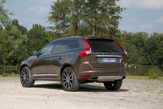 fiche technique volvo xc60 d4 190ch awd r design geartronic 6 l 39. Black Bedroom Furniture Sets. Home Design Ideas